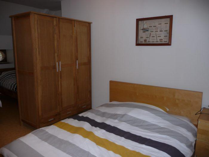 Briare-Meublé la poudre d'escampette-lit-double-armoire