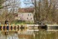 Ouzouer sur Trézée-gite du canal le Chaloy-Pêcheur devant le gite du canal