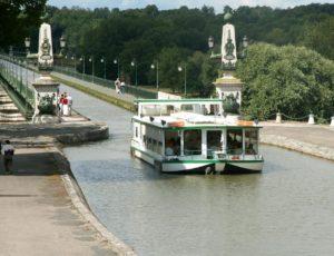 Bateau touristique au Pont-canal